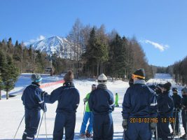 第1学年 スキー・スノーボード教室の様子です